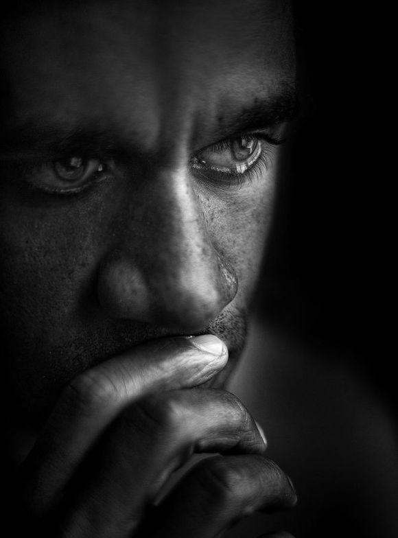 صورة صور رجال حزينه , صور للبوستات و الخلفيات الحزينة للشباب
