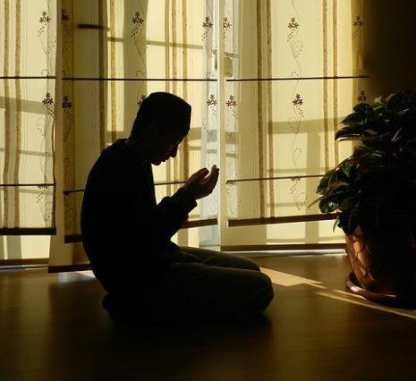 صورة رؤية شخص يصلي في المنام , تفسير حلم صلاة في نوم
