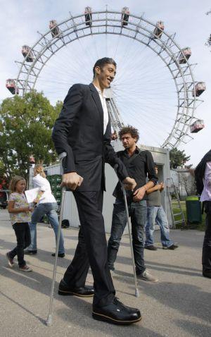 بالصور اطول رجل في العالم , اهم المعلومات عنه 2750 5