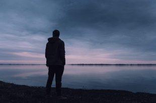صورة صور رجل حزين , ما اصعب حزن الرجال